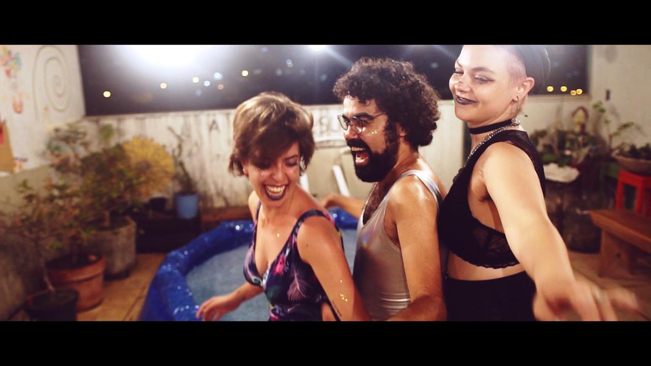 Frame do videoclipe Nao Me Entrego Pros Caretas